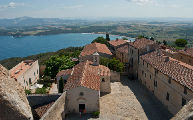 Populonia_with_gulf_of_Baratti