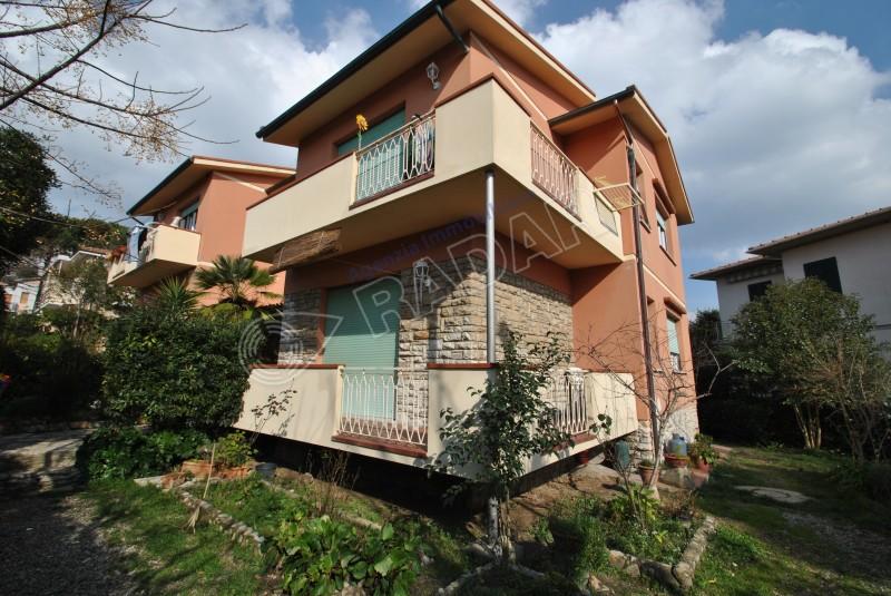 Castiglioncello  Trilocale a 500 mt dal mare con balcone e giardino condominiale