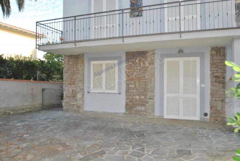 Castiglioncello  Bilocale con giardino e posto auto a 350 metri dal mare