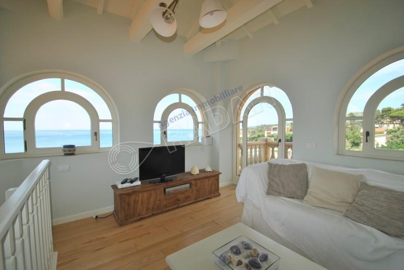 Castiglioncello  Attico In villa sul mare