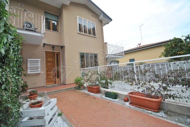 Cecina  Appartamento al piano terra con giardino