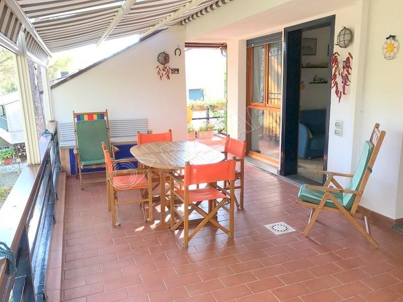 Quercianella  Bilocale con terrazza pranzabile con vista mare e collina