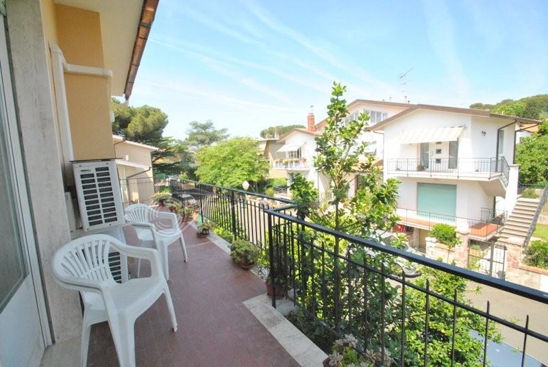Castiglioncello  Appartamento in quadrifamiliare al primo piano con doppi balconi