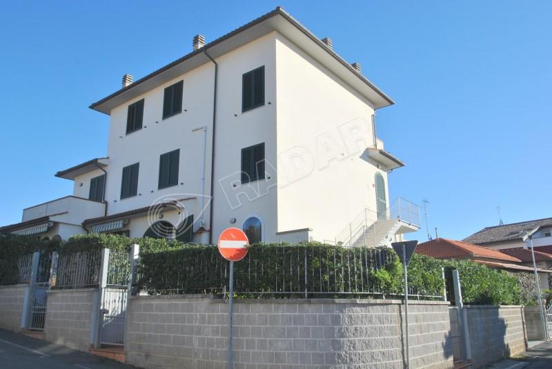 Rosignano Solvay  Appartamento con ampia terrazza, ascensore privato e garage