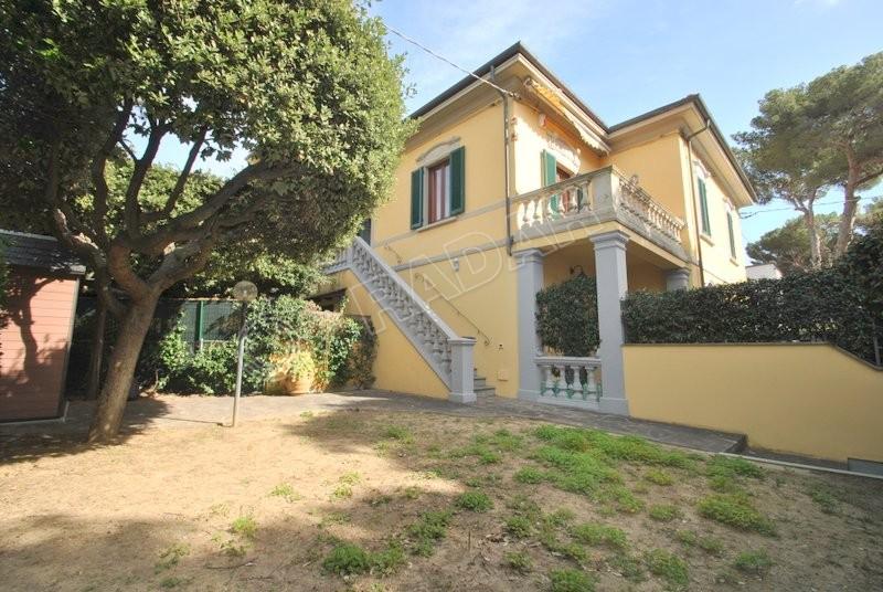 Castiglioncello  Porzione di villa con terrazza, doppi servizi e giardino- 100 mt dal mare