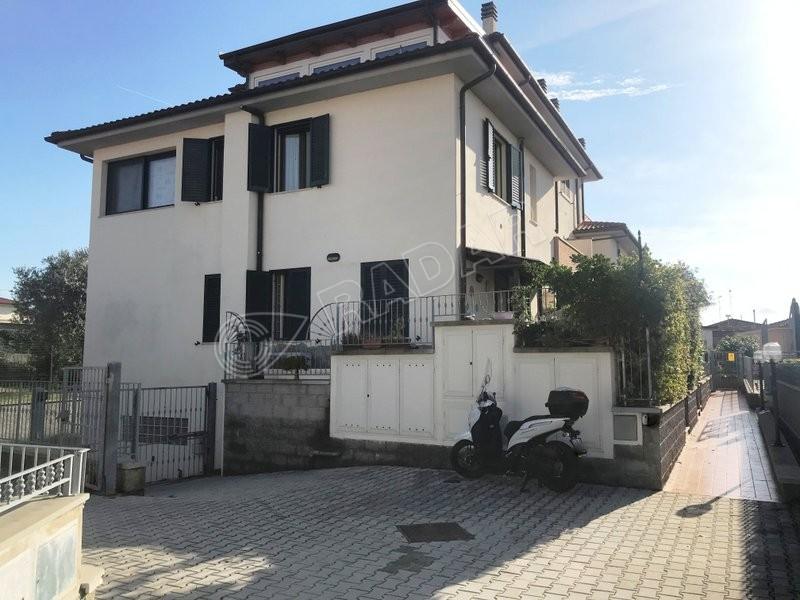 Rosignano Solvay  Terratetto con doppi servizi, giardino e garage