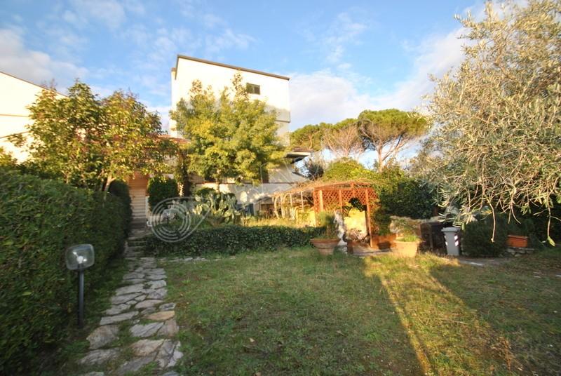 Castiglioncello  Villetta/Villa a schiera con tre camere, doppi servizi e ampio giardino -600 metri dal mare