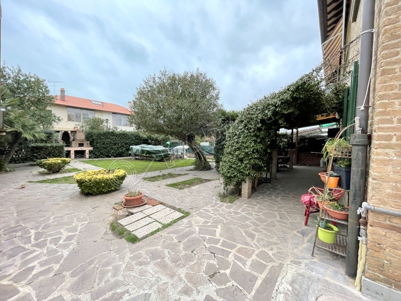 Rosignano Solvay  Appartamento in quadrifamiliare con spazioso giardino e garage