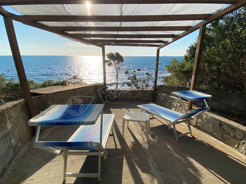 Castiglioncello  Appartamento con doppi servizi e terrazza, in villa sul mare con piscina e campo da tennis