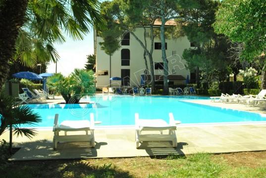 in residence sul mare con piscina