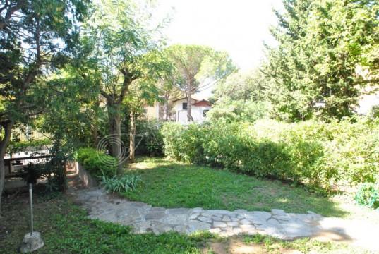 In quadrifamiliare con ampio giardino