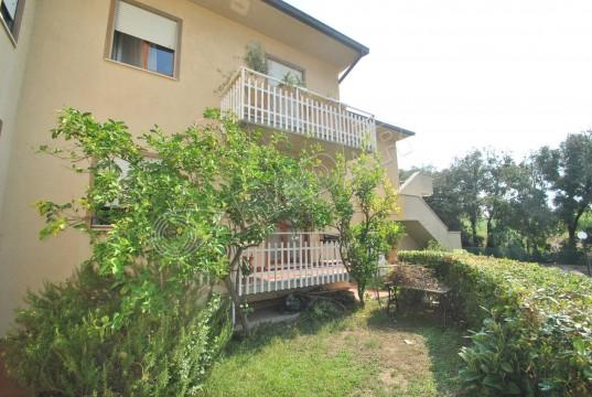 trilocale con giardino in zona Caletta