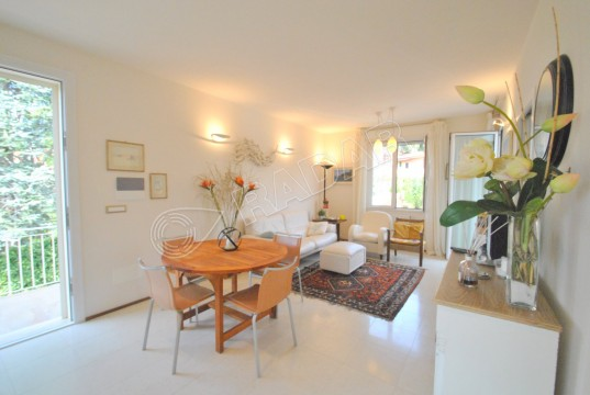 recently renovated, on the 1°st floor with 2 terraces