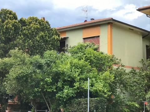 al primo piano con giardino, 3 terrazzi e garage