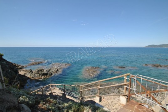 with private garden in vacation residence with pool and direct access to the sea