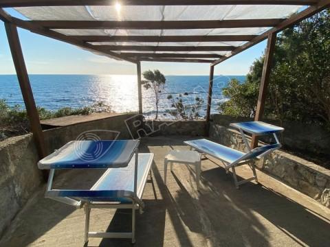 con doppi servizi e terrazza, in villa sul mare con piscina e campo da tennis